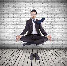 18692785-jeune-homme-d-affaires-en-l-vitation-en-position-de-yoga-de-m-ditation-Banque-d'images